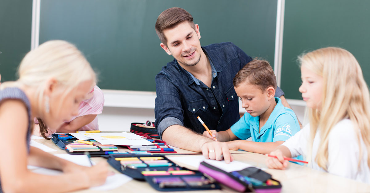 Læringscirklen og refleksion omkring jeres arbejde - lærer hjælper elever med klasseopgaver